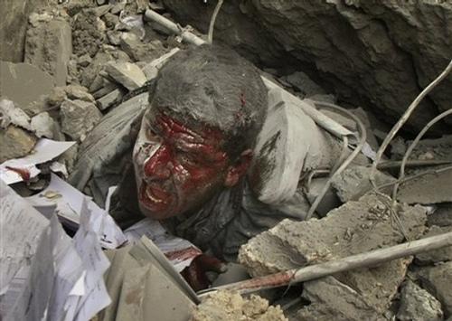 فلسطيني زير آوار ساختمان بمباران شده توسط اسرائيل