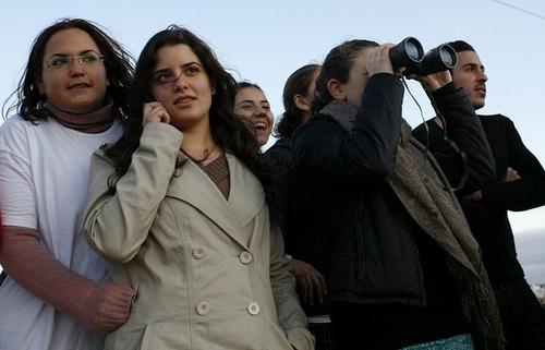 جوانان اسرائيلي با خوش�الي قتل عام مردم بيگناه غزه را دوربين نگاه مي كنند!