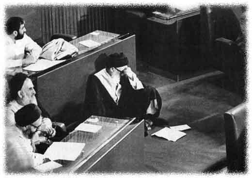 پدر طالقاني در مجلس خبرگان قانون اساسي صندلي خود را ترك كرده و بر زمين نشسته.